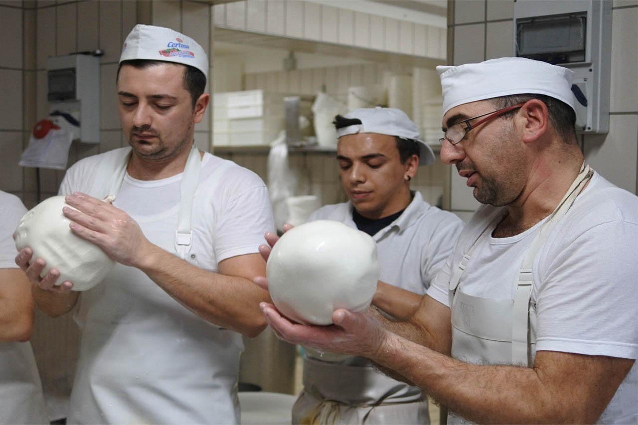 Degustazione in caseificio tipico pugliese formaggi della puglia - Corsi di cucina bari ...