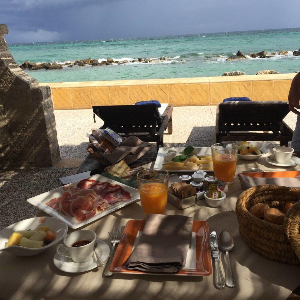 Fare colazione in riva al mare in Puglia