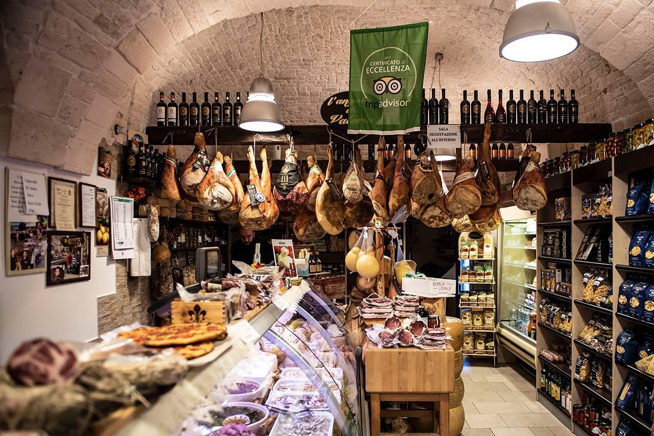 La selezione di prodotti tipici dell'Antica Salumeria del Corso di Alberobello