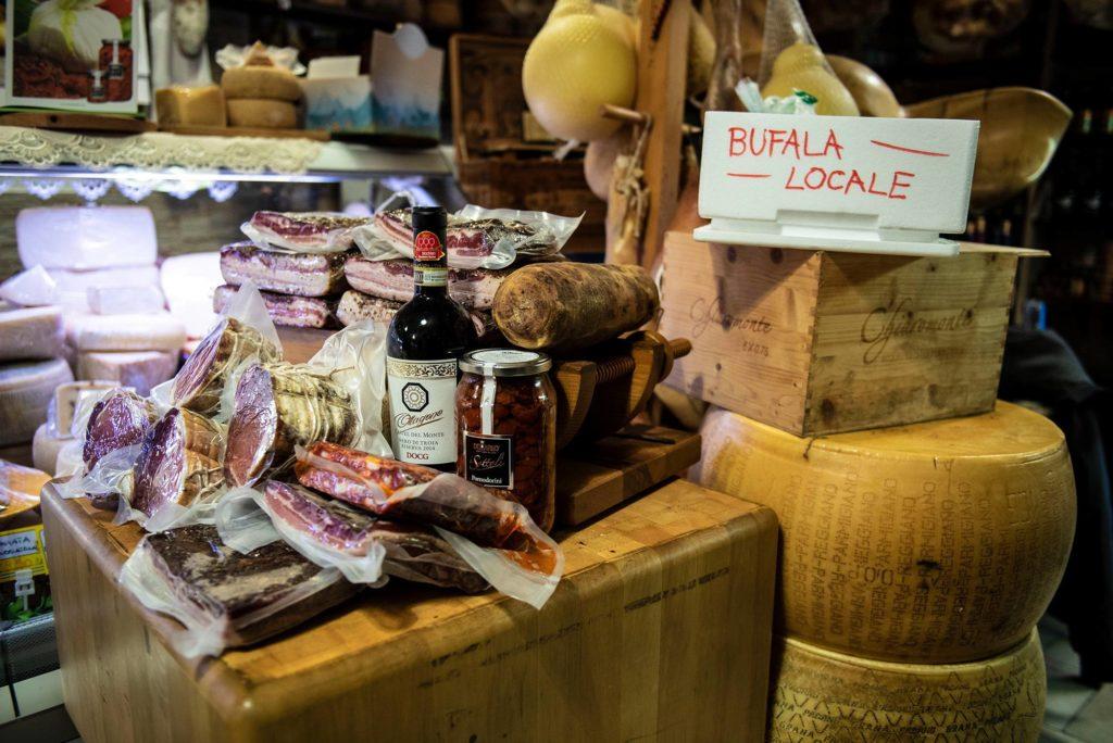 I migliori salumi e formaggi della Puglia presso l'Antica Salumeria del Corso di Alberobello