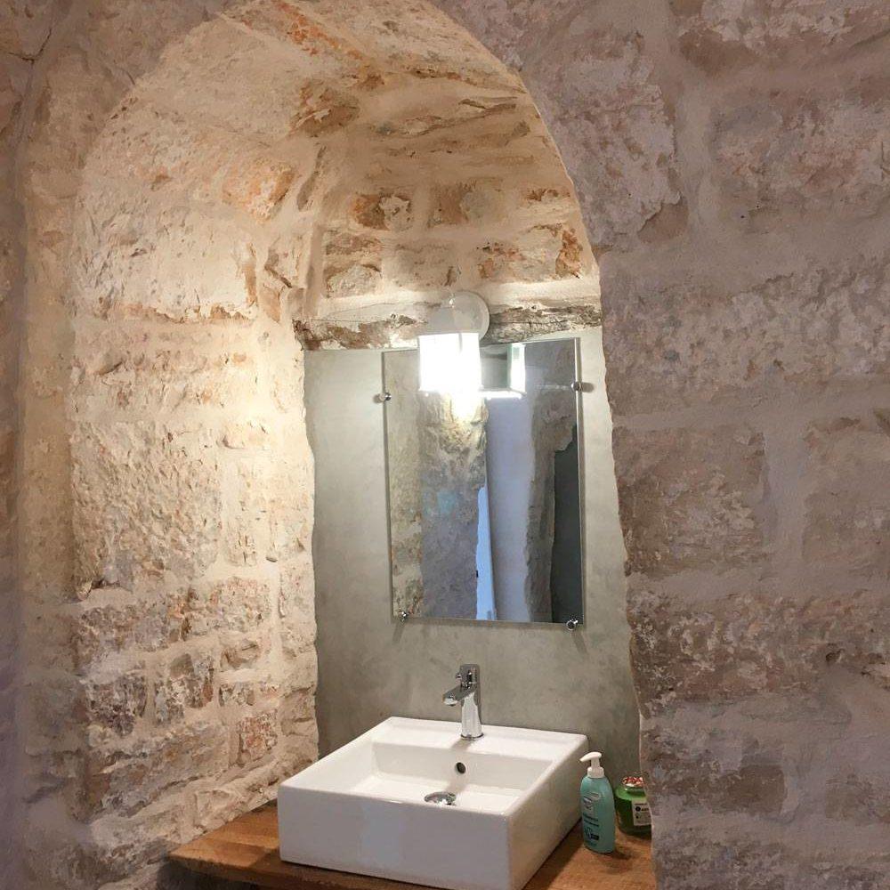 Trullo bianco bagno Masseria Croce Piccola Martina Franca Puglia