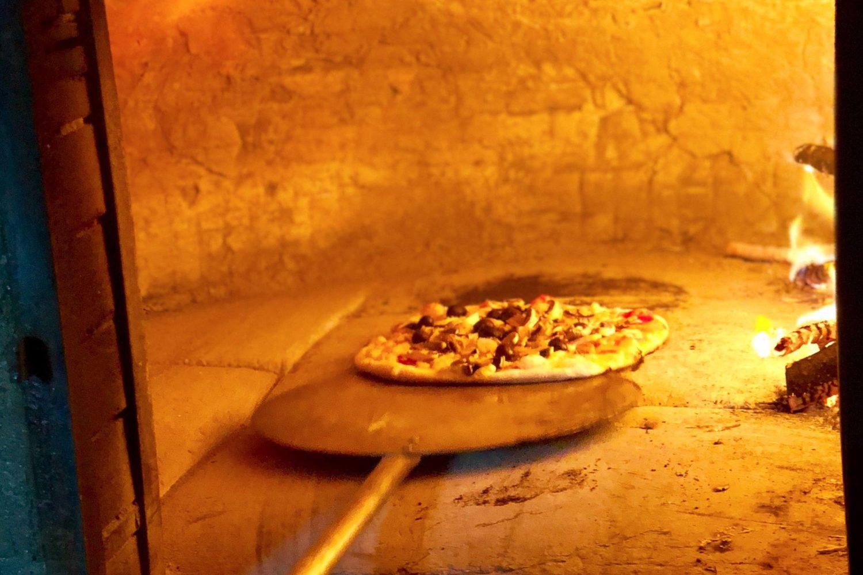 Lezione di cucina in Puglia per fare la pizza