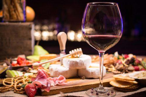 Degustazione di vino bio pugliese nel vigneto