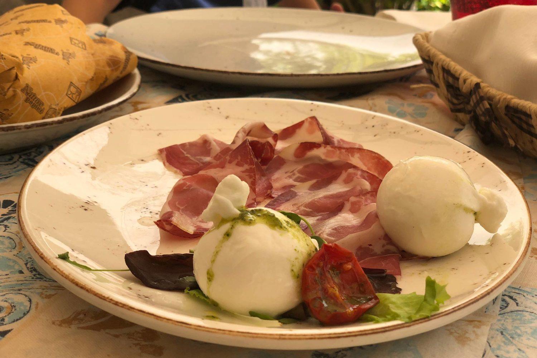 Degustazione di capocollo e burrata in Puglia